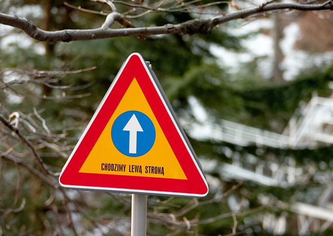 """""""Keep left"""" sign on the final part of the route to Trzy Korony"""