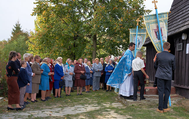 Procession entering the tserkva in Mirol'a