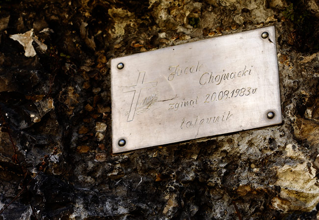 A plaque commemorating a climber who fell from a rock in 1983