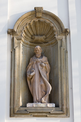 Church in Nowy Wiśnicz: a statue of St. Peter on the facade