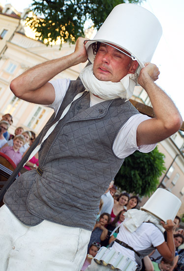 """23rd International Street Theatre Festival in Kraków: """"Chickenhouse"""" by the Carbid Visual Theatre from Holland"""