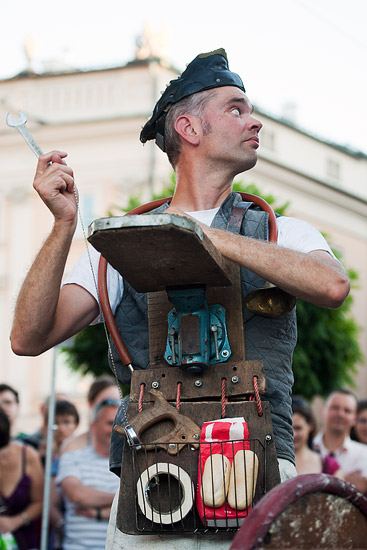 "23rd International Street Theatre Festival in Kraków: ""Chickenhouse"" by the Carbid Visual Theatre from Holland"