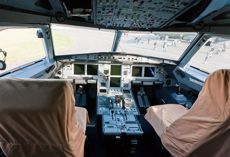 CIAF 2010: inside the cockpit of a presidential Airbus A319