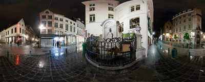 The Manneken Pis, a landmark of Brussels, on the corner of Rue de l'Étuve/Stoofstraat and Rue du Chêne/Eikstraat.  Click to view this panorama in new fullscreen window