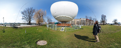 This captive helium balloon on the banks of Vistula river was meant to be a major tourist attraction of Kraków but after a year or so it's still firmly grounded :-(.  Click to view this panorama in new fullscreen window