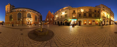 Early winter evening on Mariacki Square in Kraków.  Click to view this panorama in new fullscreen window