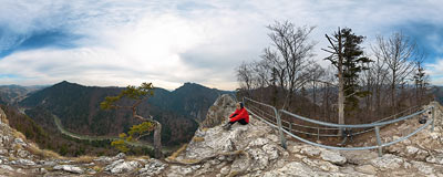 On the top of Sokolica (747 m) with the Dunajec river down below.  Click to view this panorama in new fullscreen window