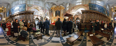 The Sunday Mass in front of the coronation altar in the Royal Cathedral in Wawel, Kraków.  Click to view this panorama in new fullscreen window